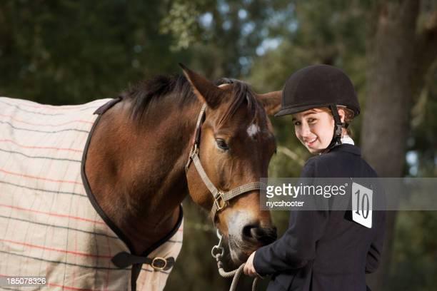 若い女の子と馬の乗馬