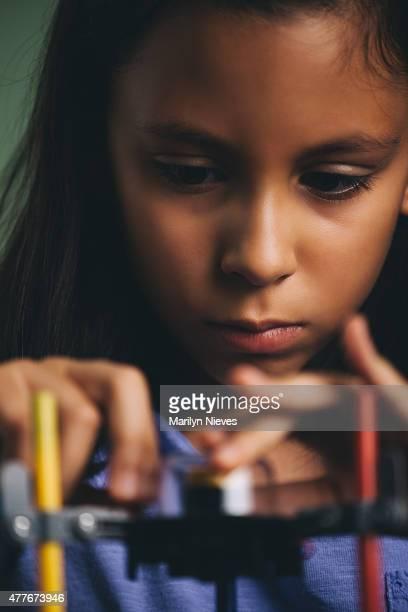 Junges Mädchen Roboter erkunden