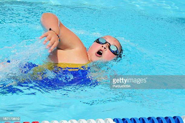 Jovem Menina livre Corrida de natação em piscina para exercício Fitness