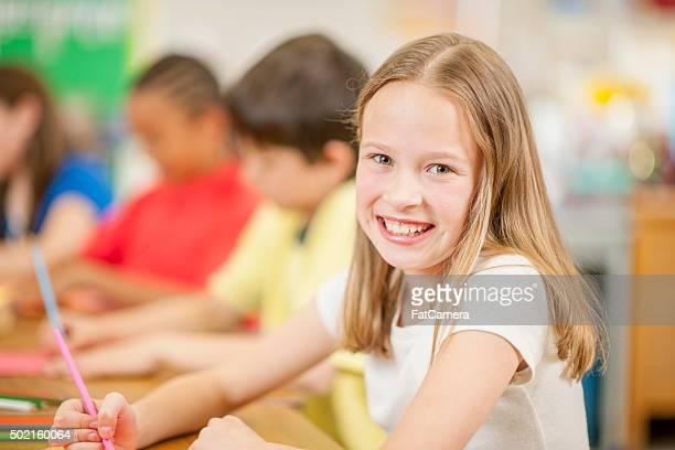 Mulher jovem feliz para a escola