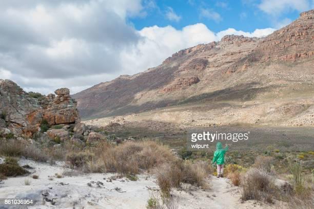 Jeune fille, randonnée à pied de mât