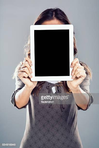 Jeune fille tenant une tablette