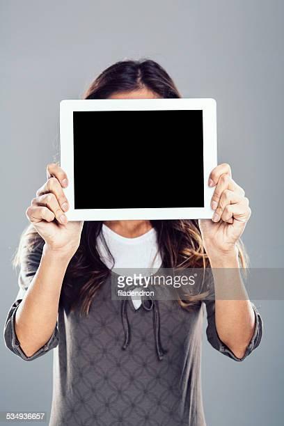 Giovane ragazza tenendo il tablet