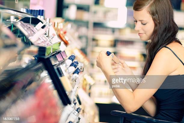 Jeune fille est Acheter les produits cosmétiques