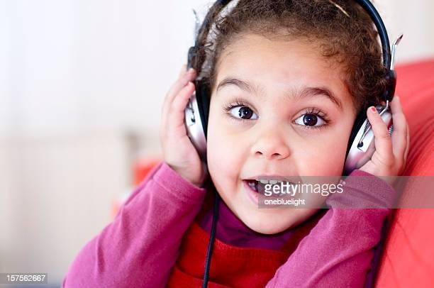 Bambini (3-4) ascoltare musica con le cuffie