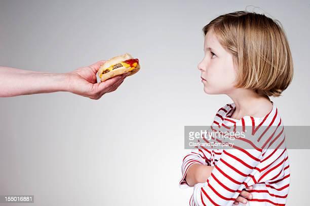 Jeune fille non content de manger un Burger malsain