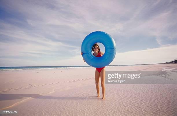 Jeune fille sur la plage avec blue Bouée en caoutchouc.