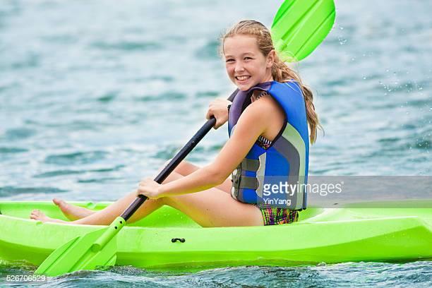 Chica joven en Kayak