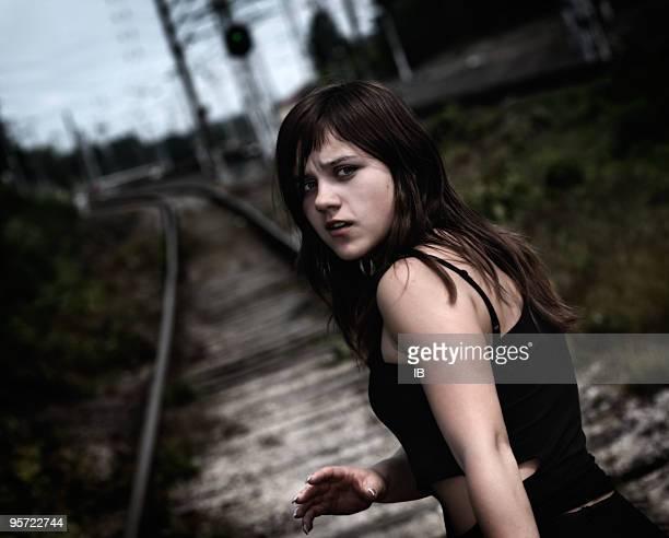 Giovane ragazza sulla ferrovia