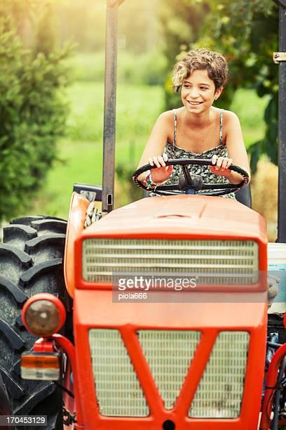 Jovem Menina sobre um tractor