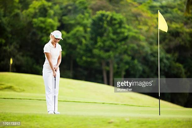 若い女の子屋外ゴルフをお楽しみください。