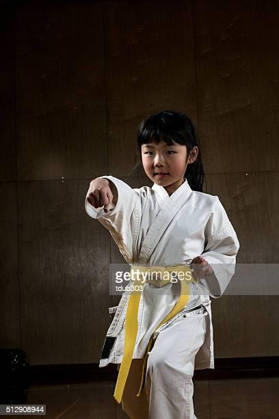 Jeune fille pratiquant le Karaté