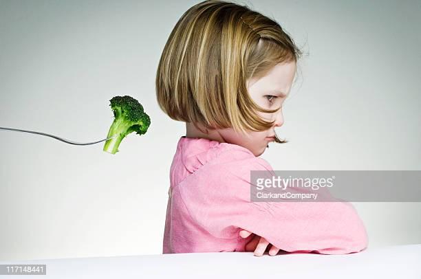 Junges Mädchen verweigern, um zu essen, die Greens