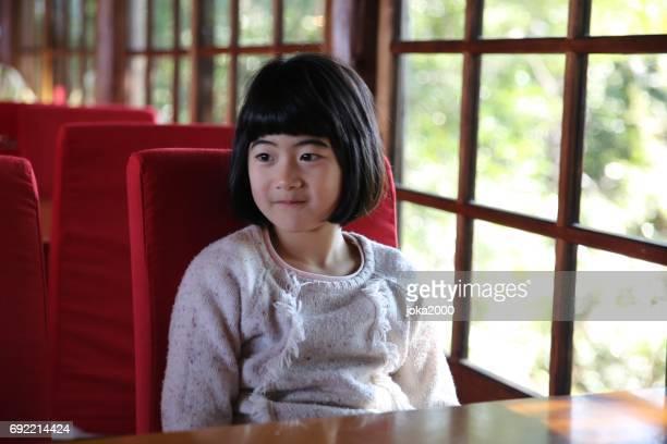 若い女の子のカフェでリラックス