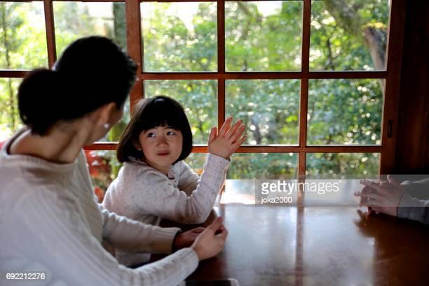 若い女の子のカフェで母とくつろげる