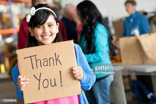 Junges Mädchen sagen vielen Dank, dass Sie in eine Spende center