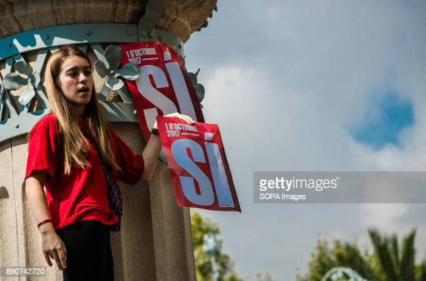 A young girl shows a placard writting on it 'Si' means 'Yes' in english during the pro referendum protest Thousands of protesters gathered in front...
