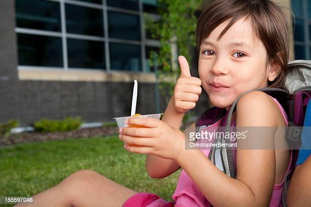Chica joven sentado en la escuela