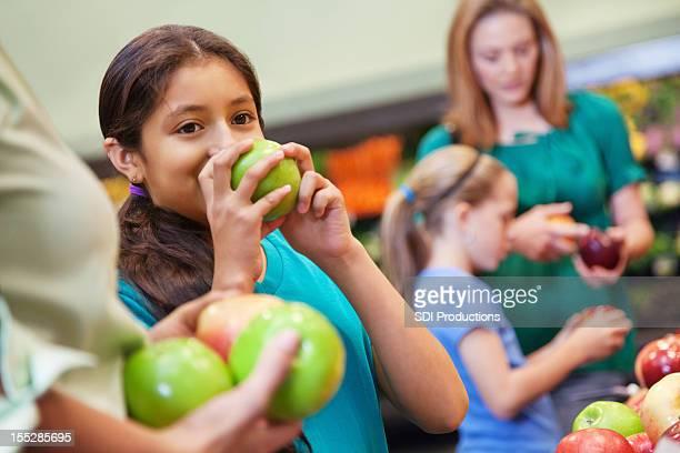Jeune fille odeur de pomme verte et de boutiques à l'épicerie