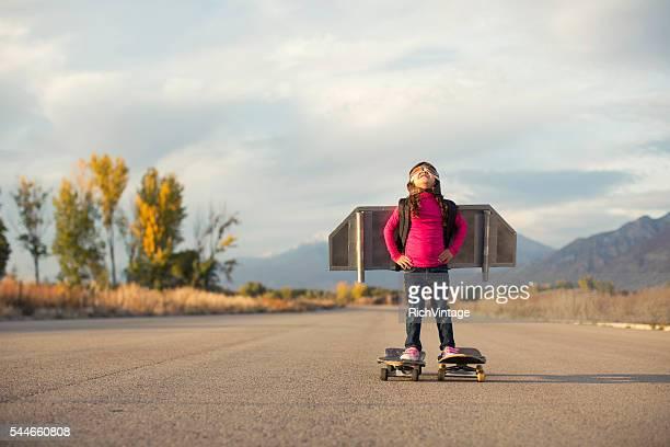 Chica joven está en monopatines mientras usa un Jetpack