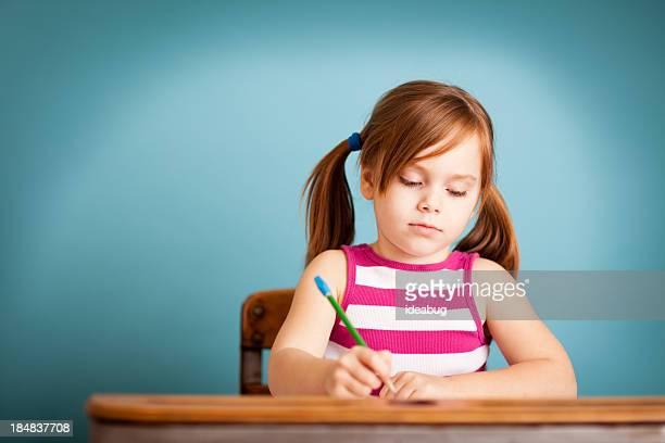 Junges Mädchen Schüler sitzen auf Schule-Schreibtisch mit Textfreiraum