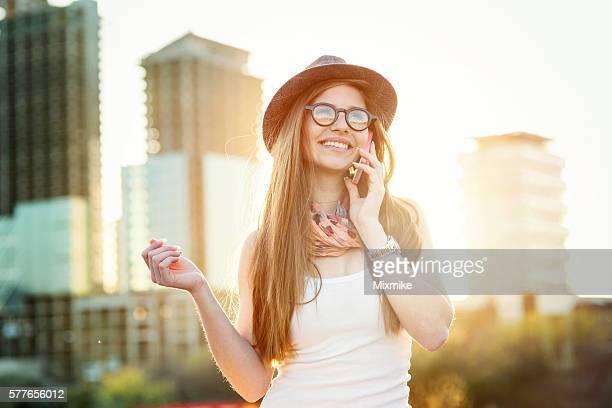 Jeune fille parlant au téléphone dans la ville