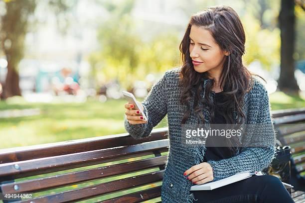 Jeune fille envoyer des SMS sur un smartphone