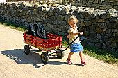 Jovem Viajando e puxando uma trolly/handcart