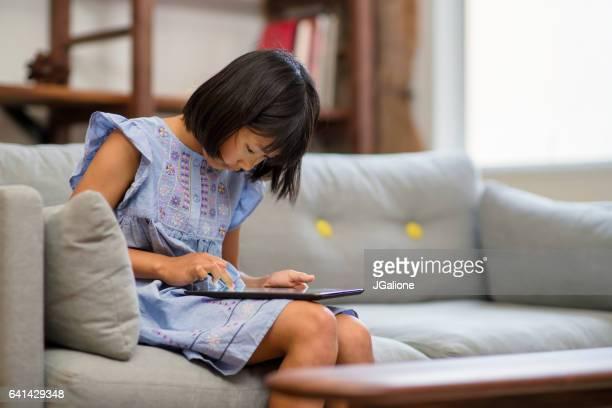 若い女の子デジタルタブレットを使用して