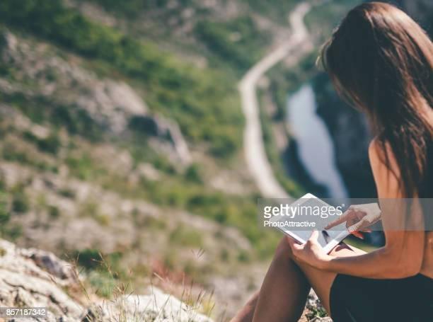 Junges Mädchen mit tablet PC