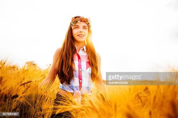 Young Girl WalkingThrough los campos de trigo