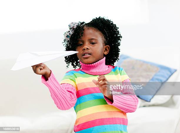 Jeune fille avec un avion en papier