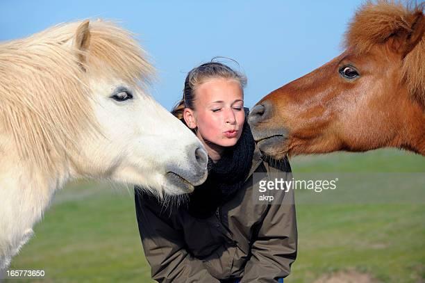Giovane ragazza con Ponys Shetland