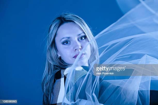 若い女の子、透明のショール