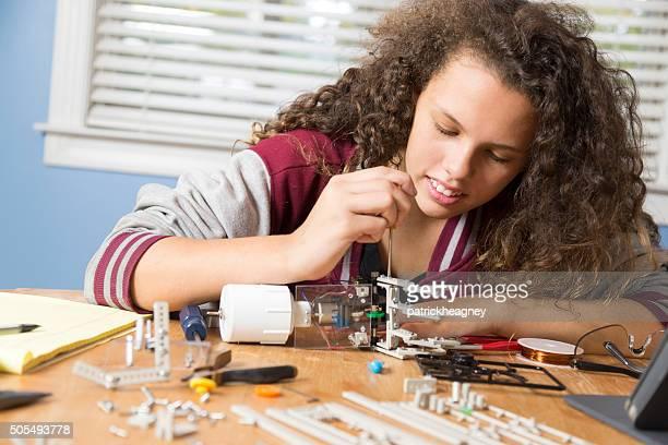 Giovane ragazza lavora su scienza progetto