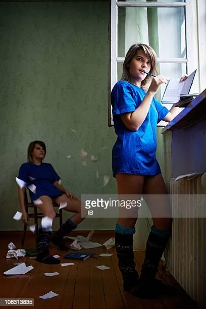 若い女の子詩人、寄稿文を執筆日程にも勉強する