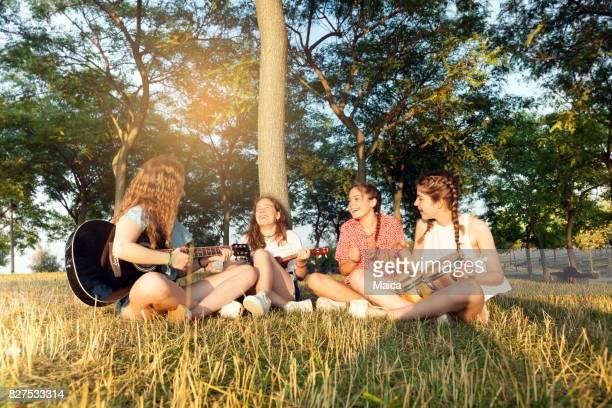 Joven grupo de amigos tocando música