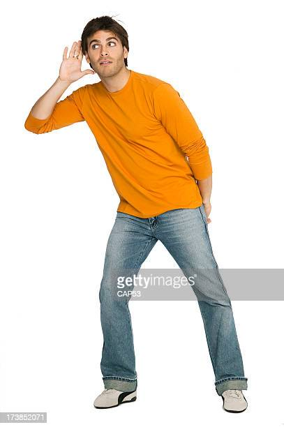 Junger Mann Musik hören sorgfältig auf weißem Hintergrund