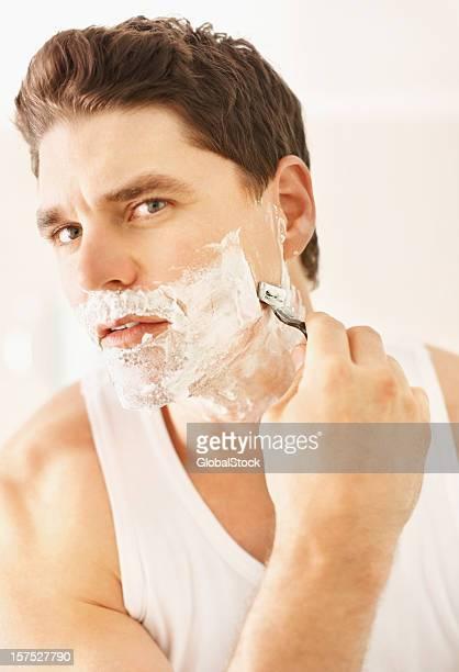 Giovane uomo barba con Rasoio