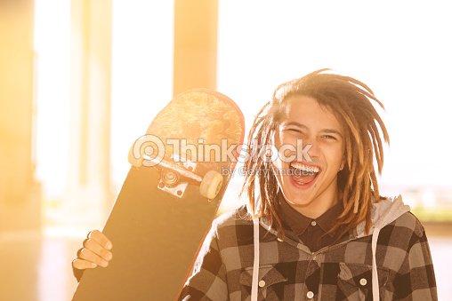 f04d913ed1854 Jovem rapaz com skate e cabelo rasta quente Filtro Aplicado  info   Foto de  stock