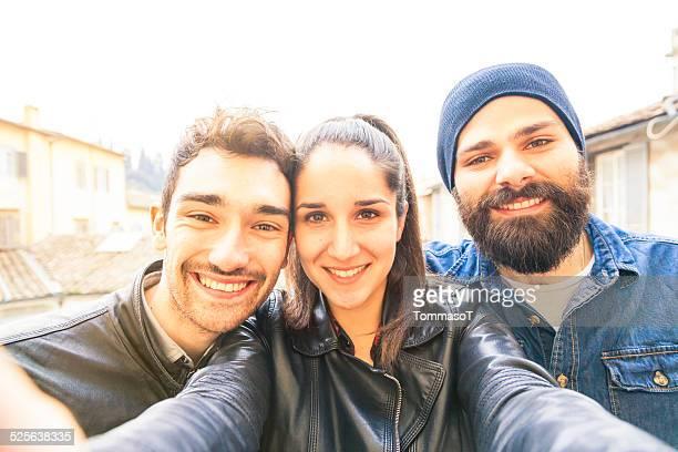 Junge Männer, die ein selfie auf der Terrasse