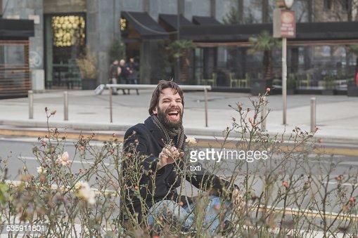 Atractivo joven barbudo posando en las calles de la ciudad : Foto de stock
