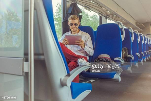 Jeune bel homme à l'aide de tablette numérique en se rendant au travail