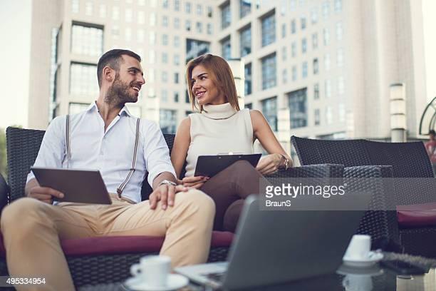 Jeunes heureux collègues ayant une pause en plein air et de la communication.