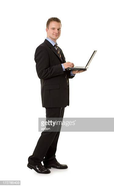 Joven feliz hombre de negocios con ordenador portátil
