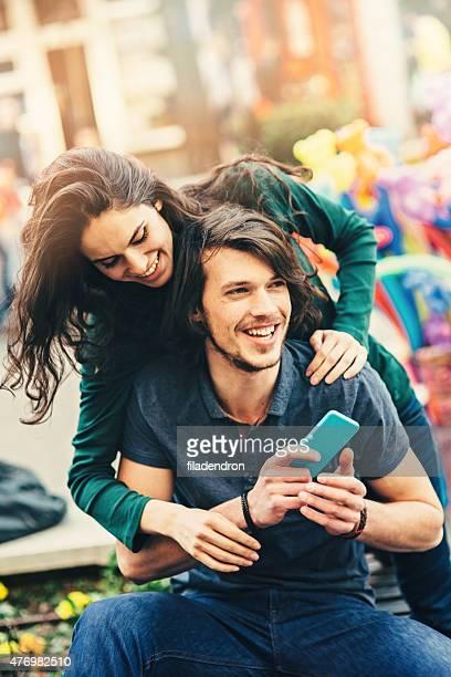 Junge glückliche Paar Spaß im park