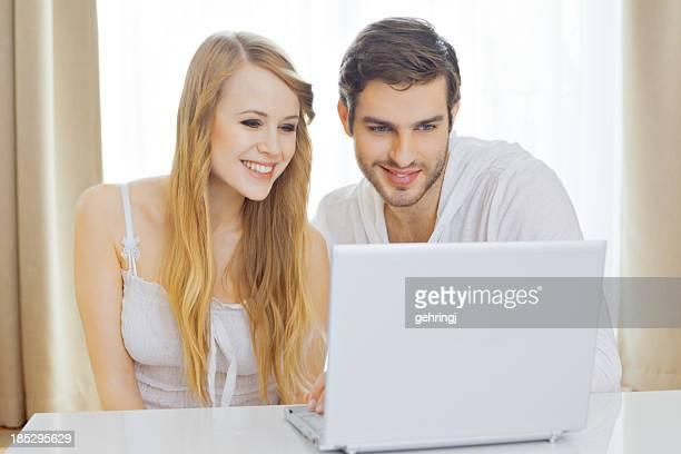 Junge glückliche Paar im Wohnzimmer