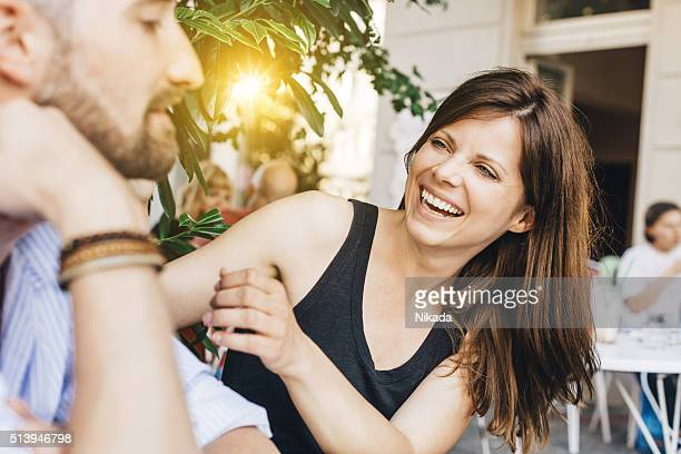 Junge glückliche Paar Gespräch in Straße Café