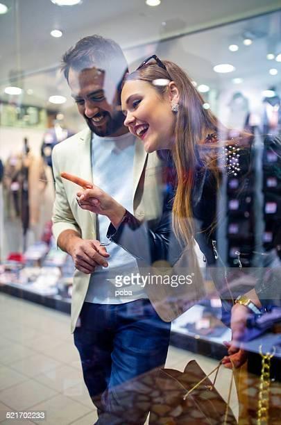 Junge glückliche Paar Schaufensterbummel in einem Einkaufszentrum