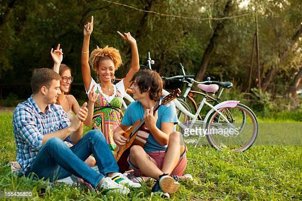 Jeune Couple heureux s'amuser en plein air